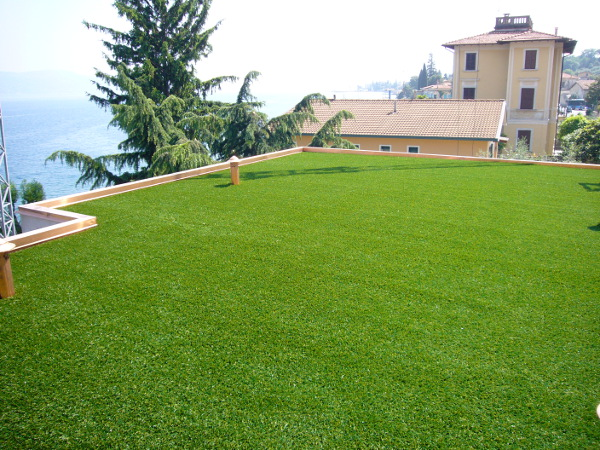 Tetto con erba sintetica