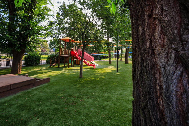 Il parco giochi della scuola merita l'erba sintetica