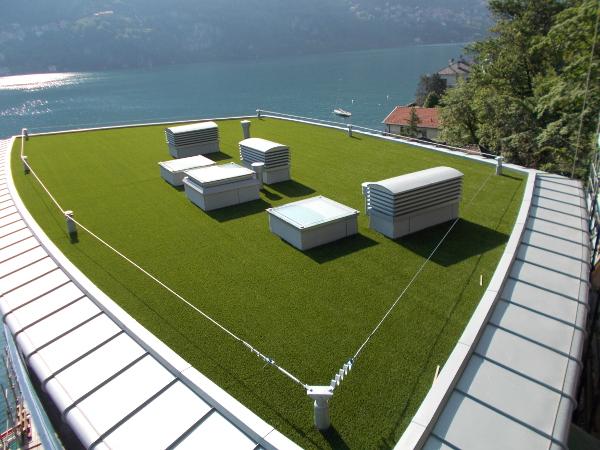 Prato in erba sintetica sul tetto